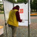 Ройне Изюмов заполняет бюллетень для голосования